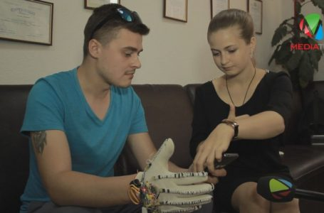 Смарт-рукавичку тернопільської винахідниці випробували нечуючі тернополяни