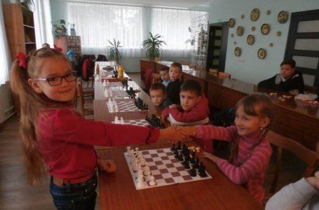 Стратегія перемоги: другокласниця з Тернопільщини дивує грою з шахів