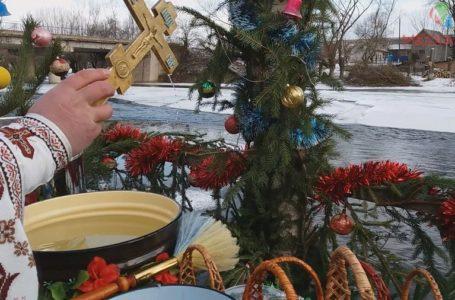 Водосвяття у селі Переволока: соснова брама на Стрипі та голуби (Відео)