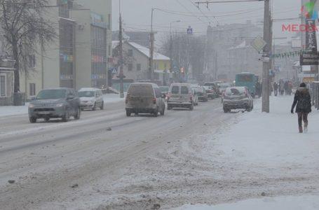 Дороги Тернополя засипає снігом (Відео)