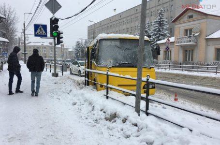 На Бандери маршрутка врізалася в огорожу й застрягла в снігу (Фото)