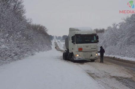 Засніженими дорогами Тернопільщини заносить автівки (Відео)