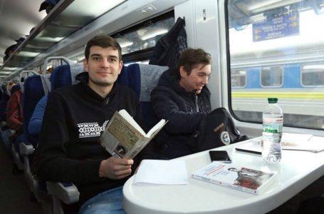 """У пасажирів """"Укрзалізниці"""" виховуватимуть любов до книжок"""