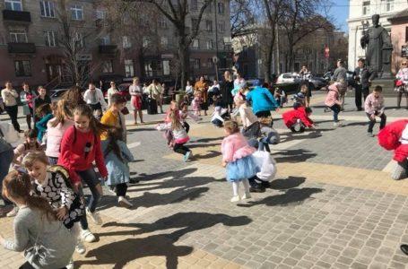 У Тернополі біля Архикатедрального собору і діти, і дорослі водили гаївки