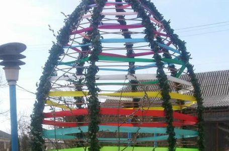 На Борщівщині встановили велетенську писанку із стрічок та барвінку