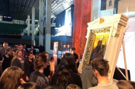 Молодь з Європи молилась перед Зарваницькою Чудотворною іконою