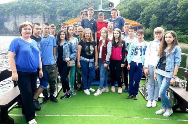 На Тернопільщині учні замість випускного поїхали на Дністер (Фото)