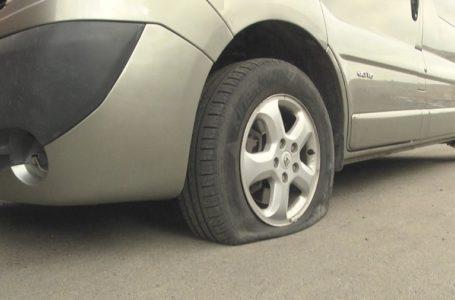 У Тернополі вночі порізали колеса автомобілів