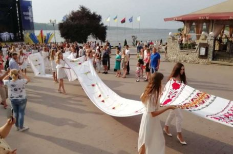 Тернопільські майстрині вишили 36-метровий рушник (Фото)