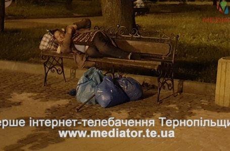 На бульварі Данила Галицького просто неба живе жінка, яку вигнали з дому (Фото)