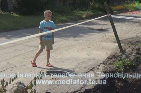 У Тернополі місяць заливає дощами глибочезну яму посеред дороги (Відео)