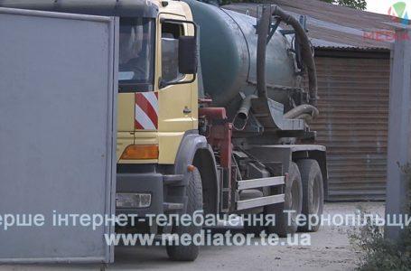 Активісти спіймали машину, яка зливає відходи у Тернопільське озеро (Наживо)