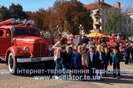 На Театральному майдані сотня рятувальників та десяток пожежних машин (НАЖИВО)