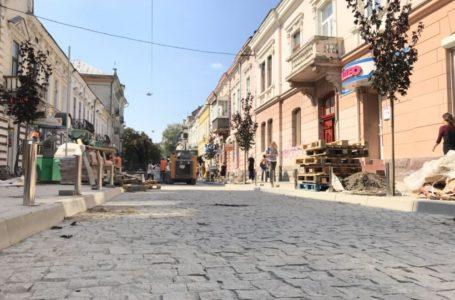 У центрі Тернополя висадили дерева під колір бруківки