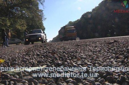 Після їзди дорогою Тернопіль-Львів у сотні автівок дірки в лобовому склі (Відео)
