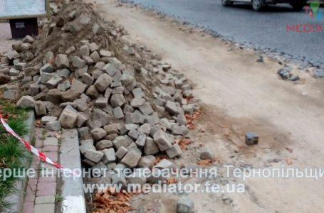 У Теребовлі вкладають демонтовану бруківку. Ремонтувати дорогу не планують