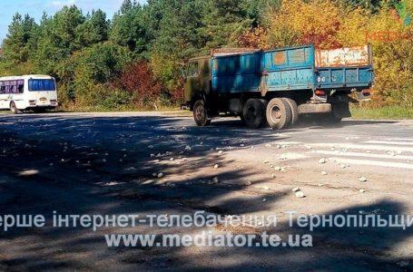 На Тернопільщині вантажівка їхала з відкритим кузовом і розсипала каміння (Фото)