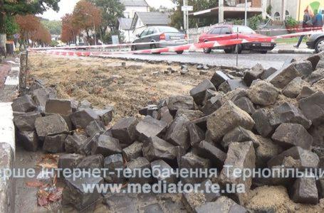 Біля Теребовлянської міськради протест через бруківку (НАЖИВО)