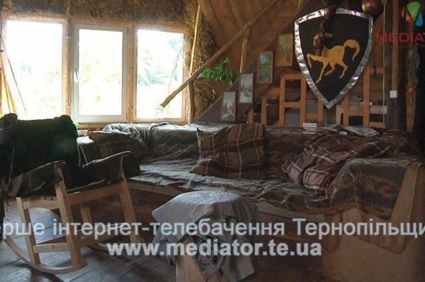На Тернопільщині чоловік вісім років живе у круглій хаті з дерева і соломи (Відео)