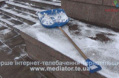 Після обіду у Тернополі — сніг. Комунальники уже посипають дороги