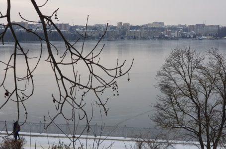 На замерзлому Тернопільському ставі перші рибалки (Фото)