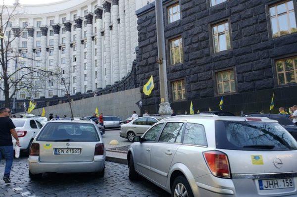 Українці голосують проти нарахування акцизу при розмитненні авто по закону №8487