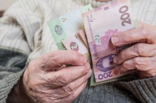 Пенсіонерам додатково виплатять по 2400 гривень