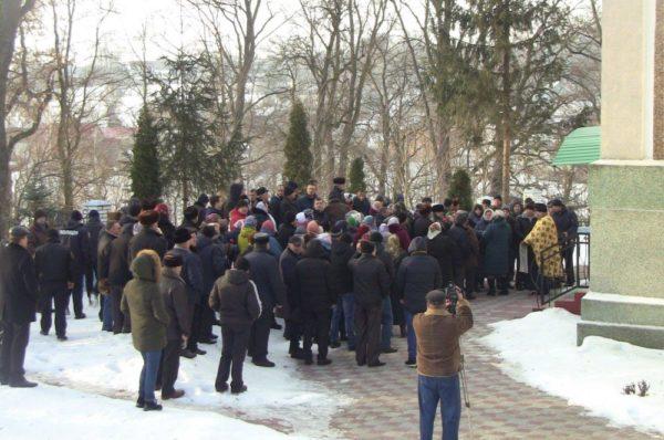 Дві Служби біля церкви. У селі Гніздичне на різних мовах молились мирно