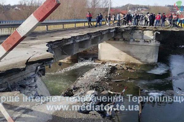 На Тернопільщині на автодорозі обвалився міст (Фото)