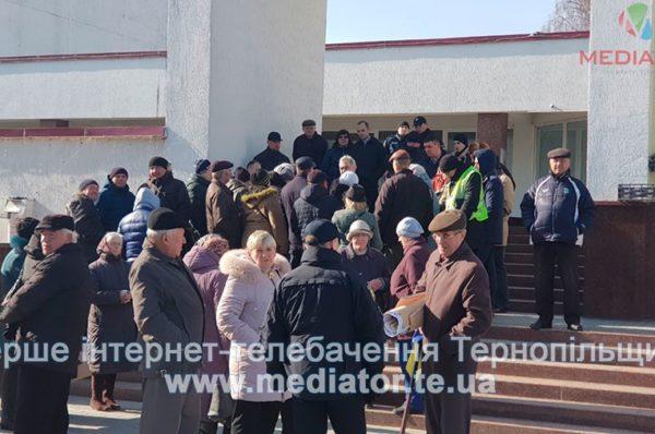 Біля тернопільського ВУЗу протестують люди (Фото)