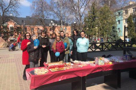 У центрі Тернополя продають солодощі, аби зібрати кошти для онкохворого хлопчика