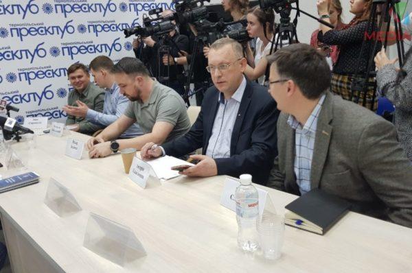 Відсутність скриньок, фотографування бюлетенів та спусковий важіль гранати поблизу дільниці: у Тернополі підсумовують вибори (НАЖИВО)
