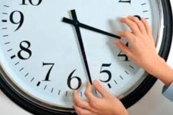 Цієї ночі в Україні переводять стрілки годинника на літній час