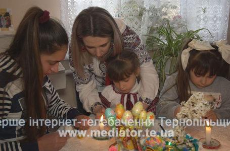 На Тернопільщині школярі малюють писанки (Відео)