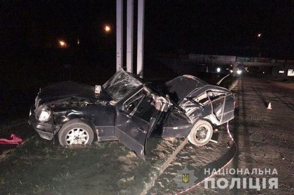 У Тернополі  Mercedes врізався в рекламний щит. Дружина кермувальника  загинула
