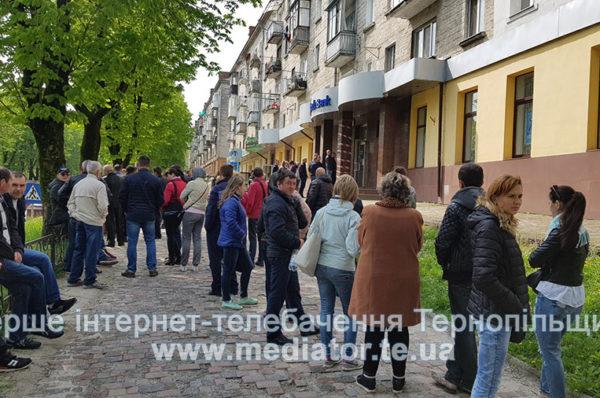 Після свят – на заробітки. У Тернополі біля банків довжелезні черги (Фото)