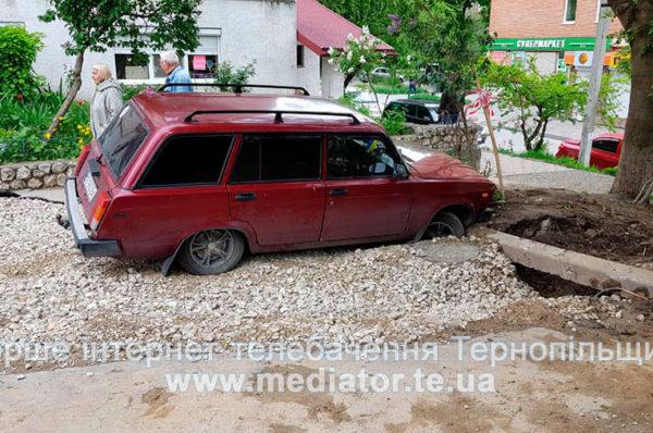 Колеса під землею. У Тернополі автівка провалилась під асфальт (Наживо)