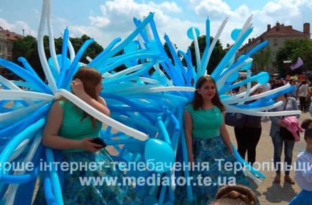 Яскраві костюми та захопливі шоу: у Тернополі парад учасників танцювального фестивалю (Наживо)