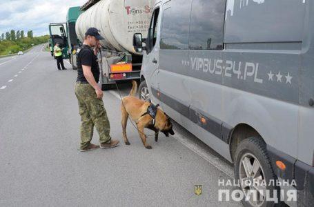 На Тернопільщині поліціанти перевіряють транспорт на зброю (Відео)