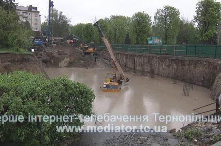 Біля забудови на Миру через зсуви землі переставляють паркан  (Відео)
