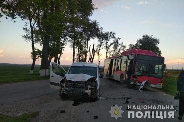 Перекинутий автобус та потрощені легківки. На Збаражчині дві ДТП (Фото)
