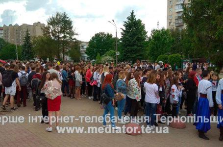 Сотні тернополян у вишиванках йдуть вулицями міста (НАЖИВО)