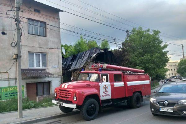 У Тернополі на вулиці Глиняна горить одноповерхова будівля (Відео)