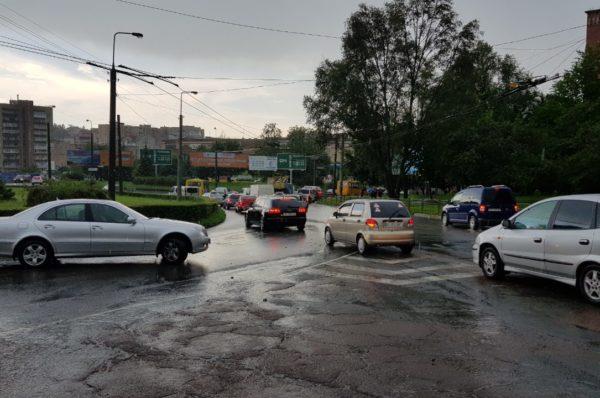 У Тернополі посеред вулиці потонули автівки (Наживо)