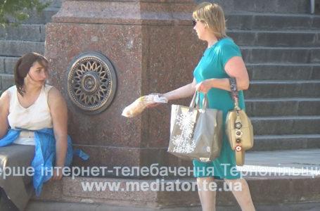 Журналістка МедіаТОРа перевіряла як ставляться тернополяни до безхатченків (Відео)