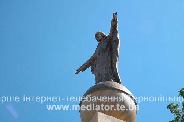 При в'їзді в село Настасів височіє фігура Спасителя (Відео)
