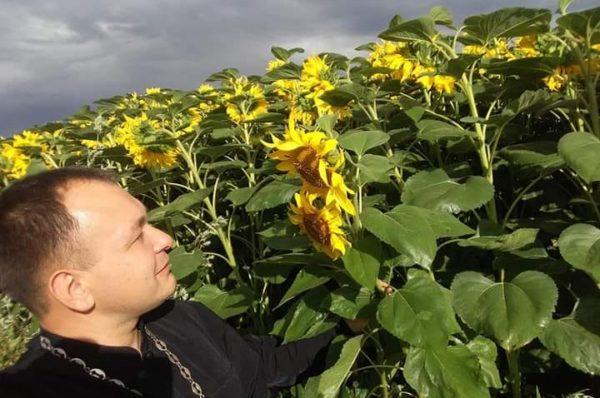 На Тернопільщині священник запустив флешмоб з соняхами (Фото)