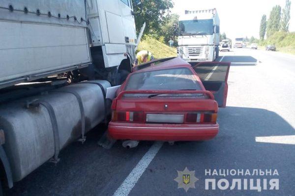На Збаражчині вантажівка в'їхала у легковий автомобіль (Фото)