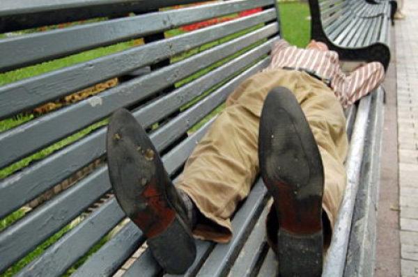 Поки тернополянин тверезів на лавці у дворі, його обікрали