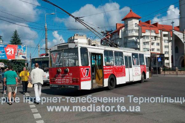Тролейбус обірвав трос. У Тернополі на Бандери затори (Фото)